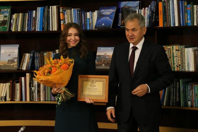 Слева направо: стипендиат РГО Светлана Марич и Президент РГО Сергей Шойгу.