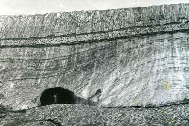 Шпинь П.С. в гроте Чёрноиюсского ледника. 1984 г.