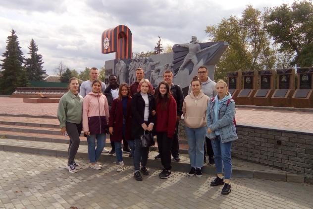 У мемориала павшим в Великой Отечественной войне
