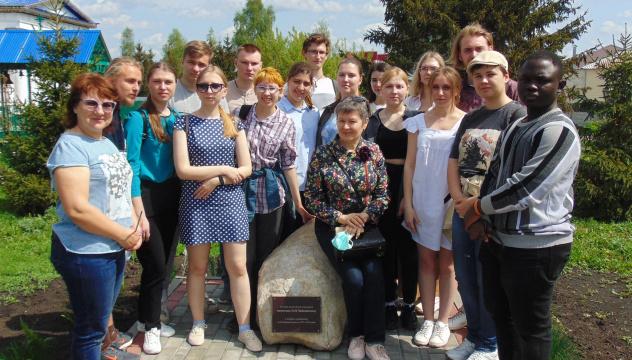 У закладного камня памятника Чайковскому