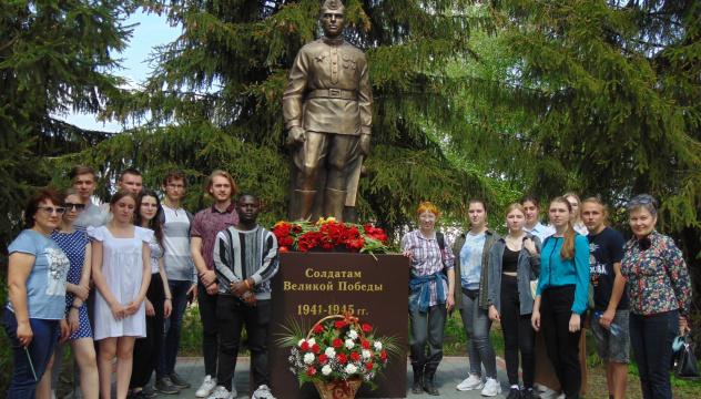 У памятника солдатам Победы