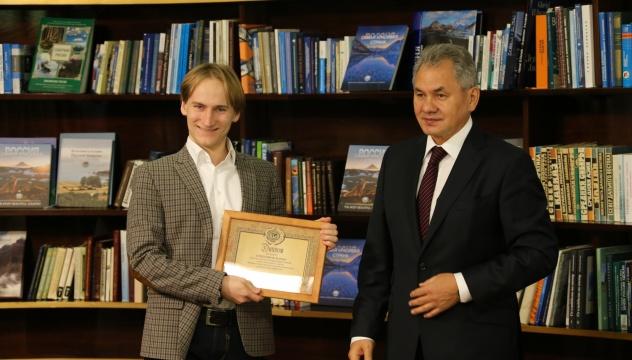 Слева направо: стипендиат РГО Михаил Варенцов и Президент РГО Сергей Шойгу.