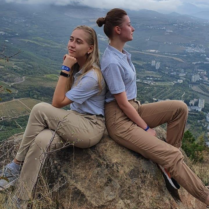 Екатерина Груздева и Ангелина Малашенкова в крымских горах